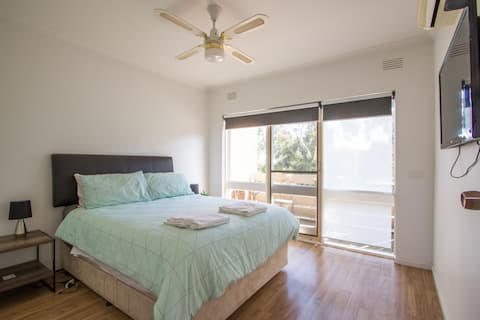 Townhouse 2km Airport Free Parking and Breakfast