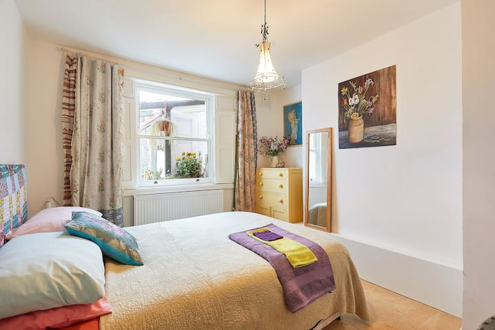 Cosy, creative and quiet double room in Zone 2