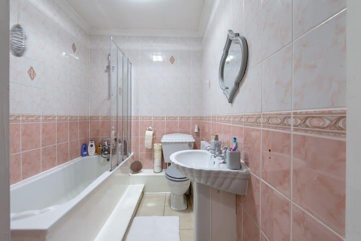 Main bathroom (shared)