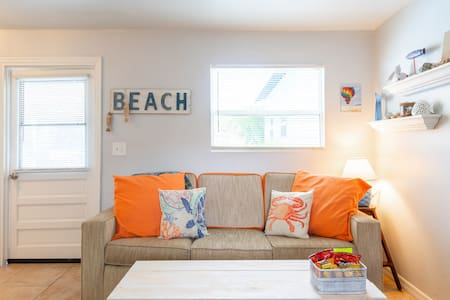 Private Guest House sleeps 4 w/POOL & near beach!