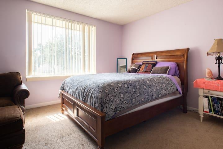 Private room, Centrally Located Cozy Crash Pad