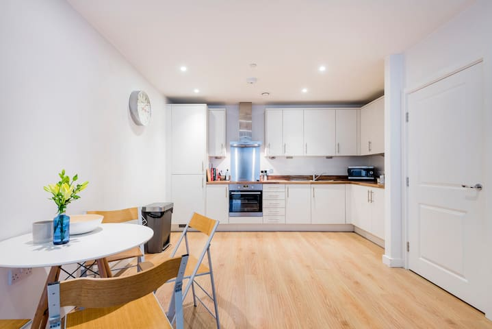 Modern 2 Bed Apt with Balcony close to the O2