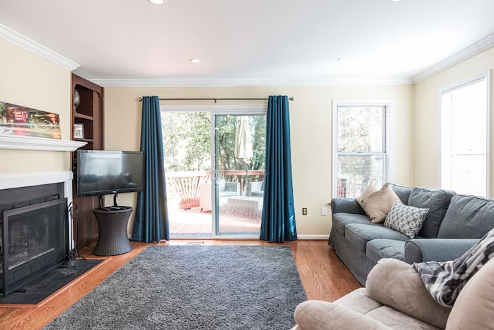 Spacious Townhome Near DC - Perfect for Families!