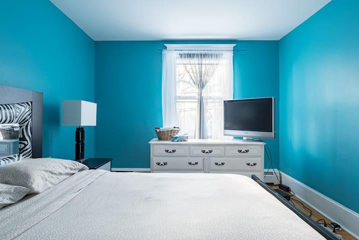 Primary Bedroom (Queen)