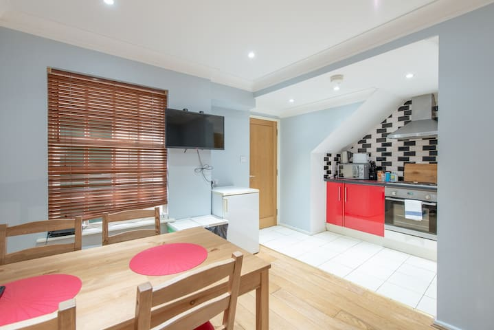 Up to 6 people, 3 bed by the Castle. City Center