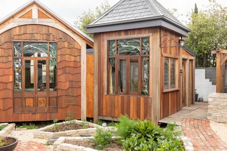 """Leafy Retreat"" an enchanting, private bungalow"