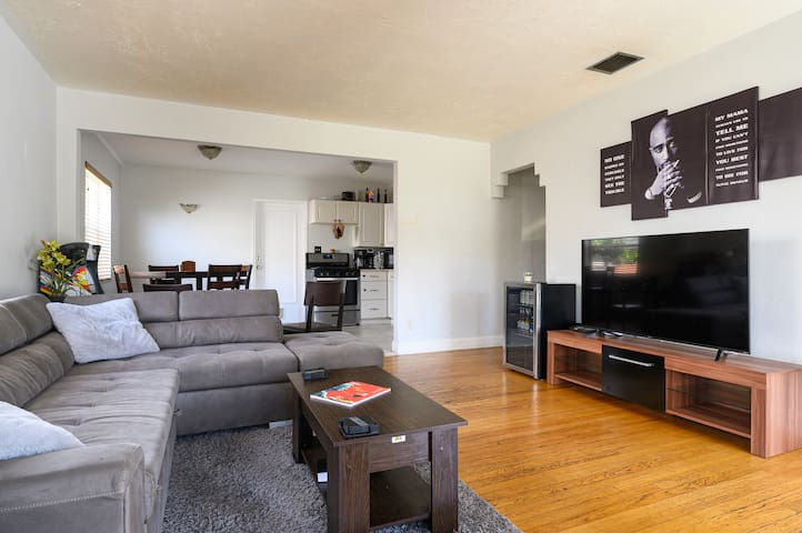 Cozy 2BR House (DTWN HLWD) - Fun Time