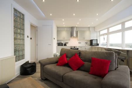 Panoramic View Swindon Central Apartment