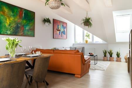 Art suite, 2 BR, garden, patio, free Pkg, AC