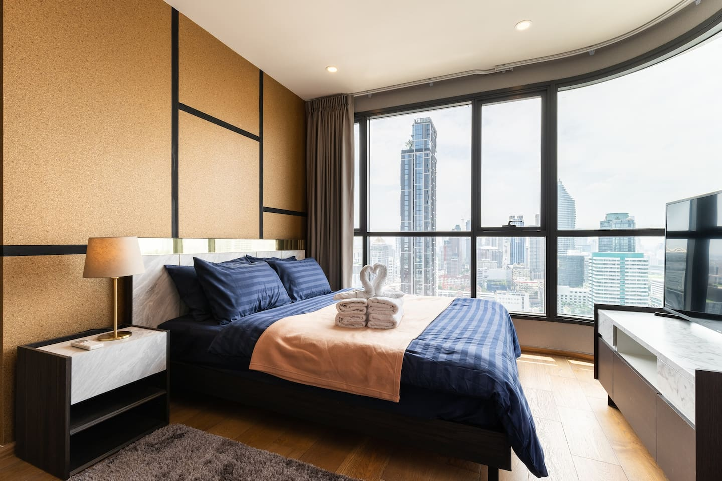 Master Bed Room With 90degree High Floor View