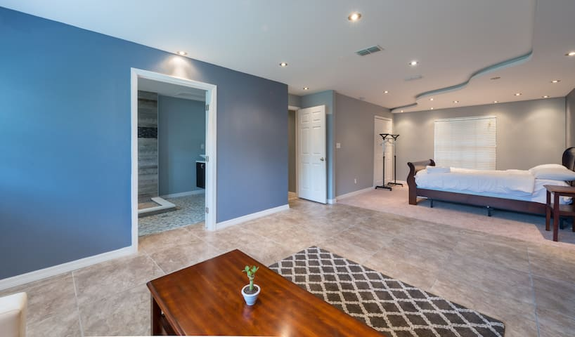 Spacious Master Retreat - Near Attractions