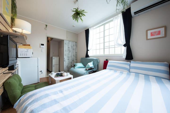 寝室 ワイドダブルベッド×1 ソファベッド×1  大人2人でゆったり寝れるワイドダブルベッド。高級快眠マットレス使用。 bed room 1 wide double bed 1 sofa bed It is the size that two adults can sleep comfortably Uses a sleepy mattress!