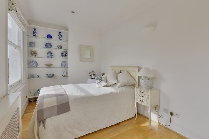 Stylish Bedroom private bath roof terrace CHELSEA