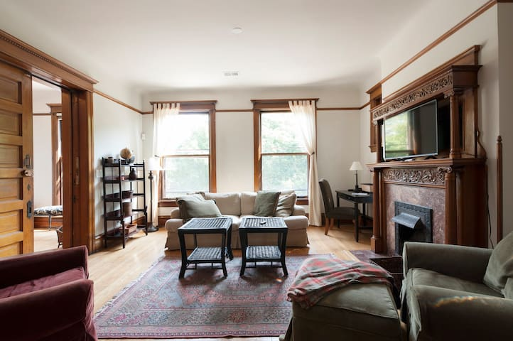 Huge 3 Bdrm Apt in Uptown/Andersonville w/Parking