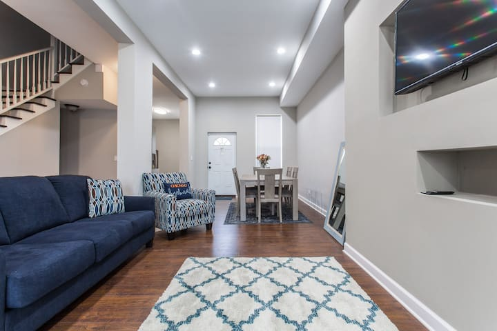 Chicago Luxe- 4 bdrm  HOUSE:  Ideal Location