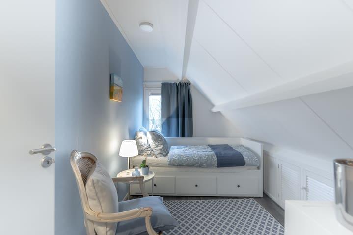 *Small bedroom (2) upstairs with pull out daybed (2 x 80 cm) *Kleine slaapkamer (2) boven met uitschuifbaar bed (2 x 80 cm) *Kleines Schlafzimmer oben mit Tagesbett mit einem herausziehbaren zweiten Bett (2 x 80 cm)