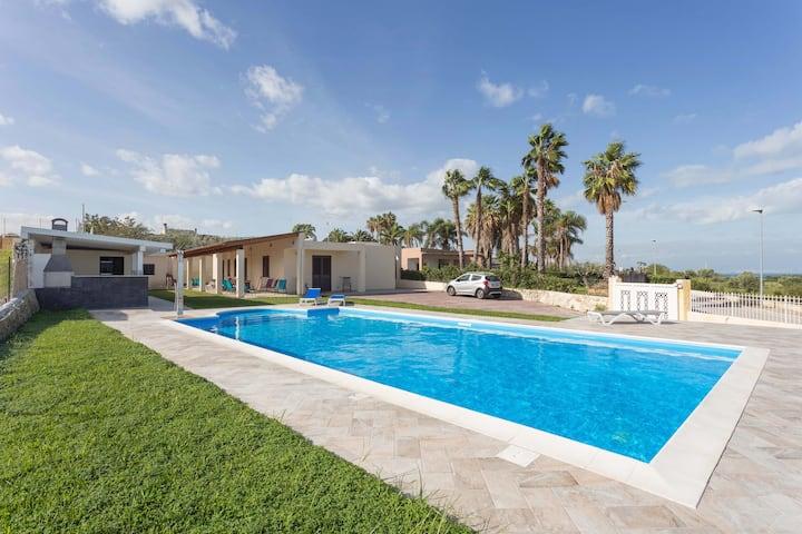 Villa con piscina vista mare e Etna.