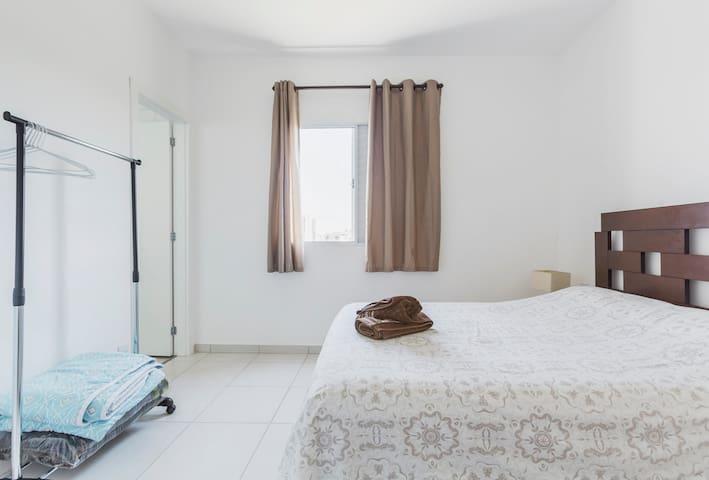 quarto com cama de casal aconchegante