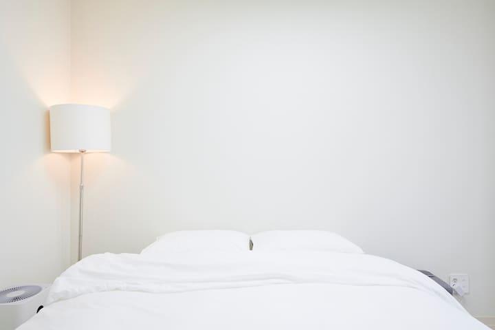 _ Room 1 | 쉐라톤 호텔 침대와 55인치 고급형 TV가 있는 아늑하고 모던한 숙소