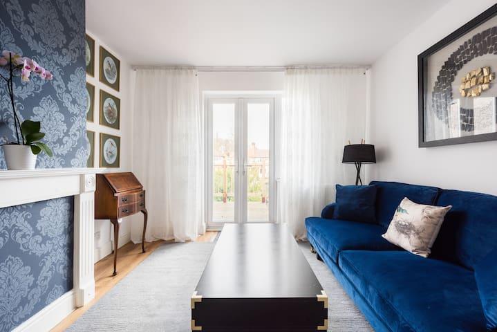 The Bluebird - Luxury Apartment