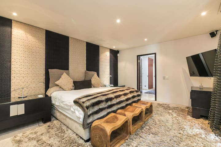 Warm and modern home in Atholl