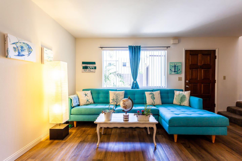Very welcoming beach themed living room