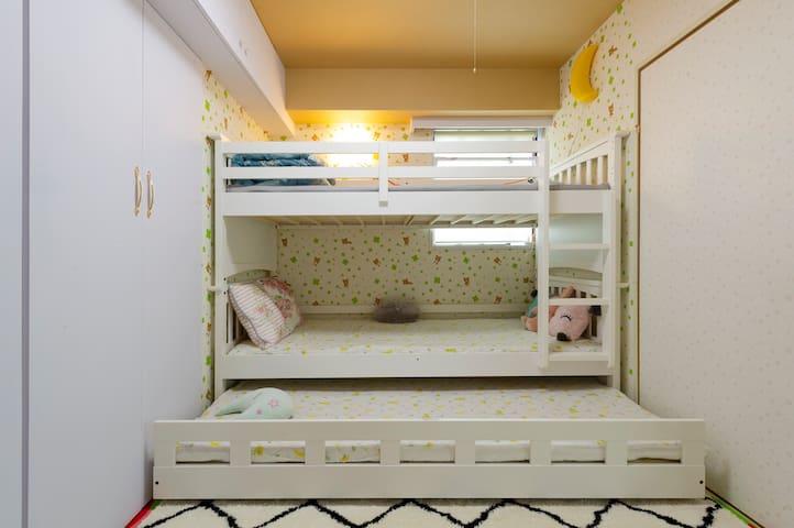 舒适温馨的儿童套房 a bunk bed  but for 3 beds  for 5 people