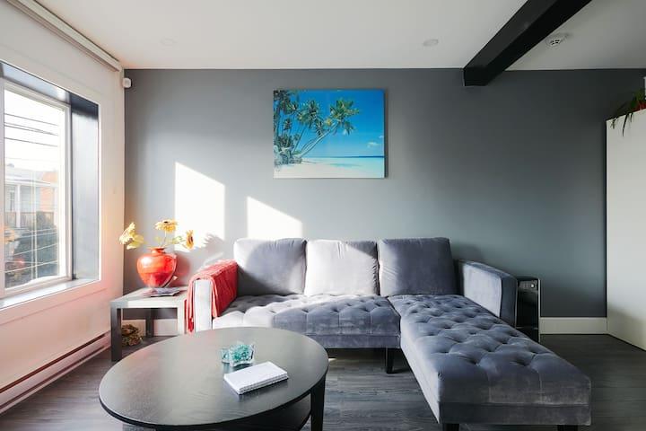 Beautiful 2 bedroom condo, modern open concept.
