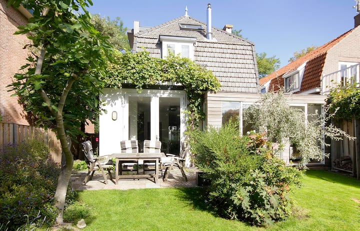 Luxurious villa, between Amsterdam and A'dam beach