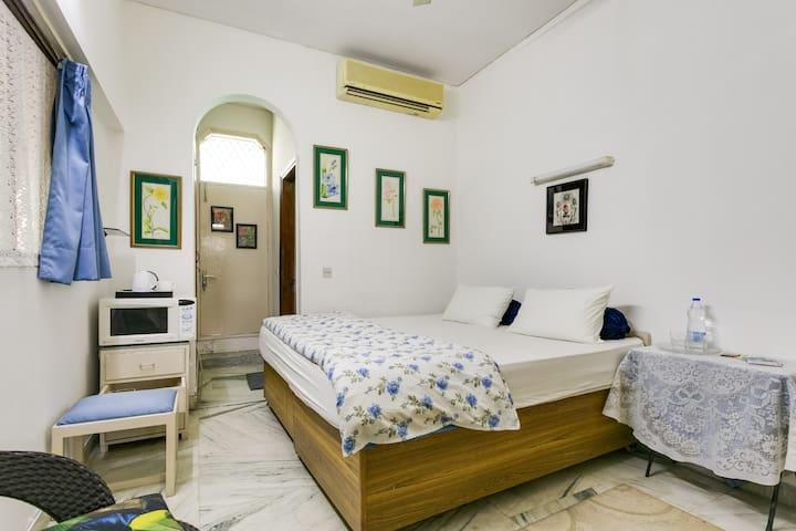 Cute room with private entry and lots of greenery