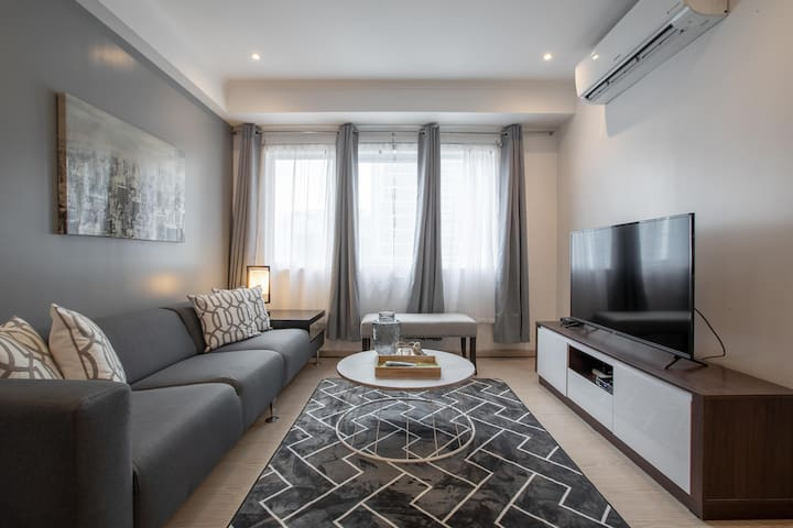 """New! 2BR in Central BGC w/ 50"""" UHDTV and Netflix"""