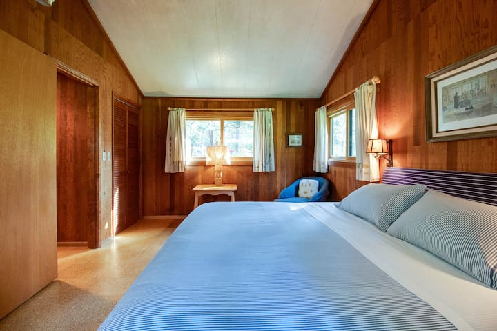Make yourself comfortable in the Ponderosa Cabin here at House on Metolius.  The sound of the Metolius River will lull you to sleep.