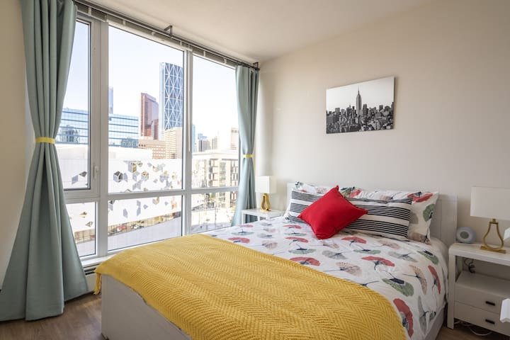 Luxury DT Condo nearby Stampede Grounds&CTrain Stn