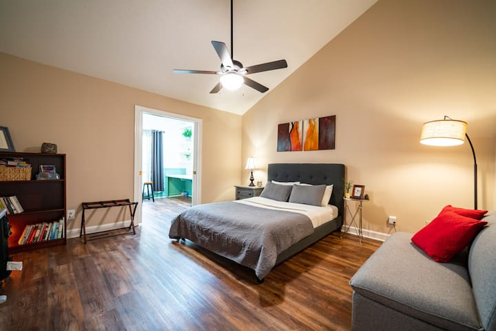 The Botanical Suite- Private stay near DT Cary