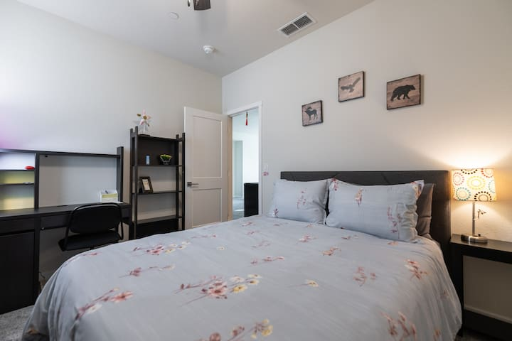 Private bedroom - 15 minutes to downtown/airport.