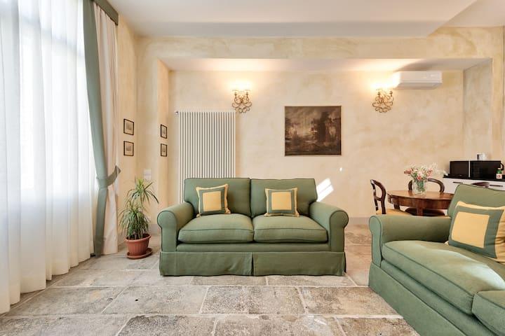 Carriage House PalazzoMantuaBenavides Yellow Suite