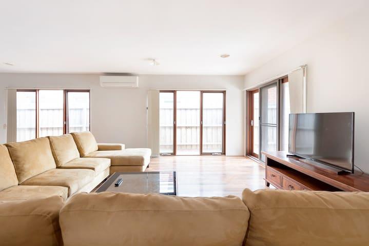 5BR Luxury House 20 min to CBD Spacious Living