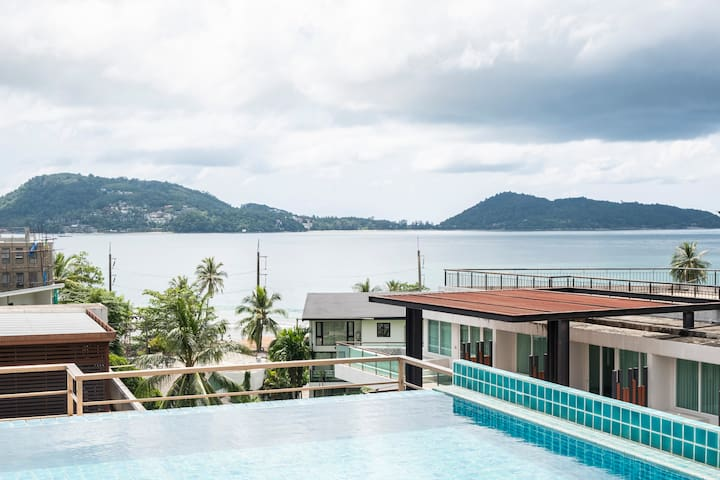 Double room in large modern condo in Kalim.