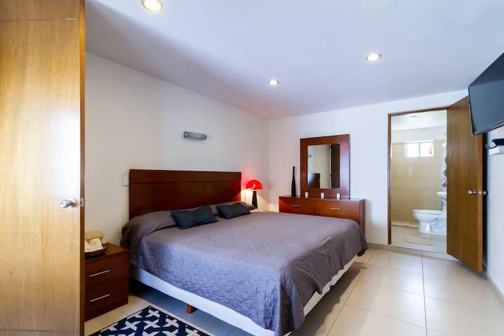 Recámara principal cama king size con baño completo