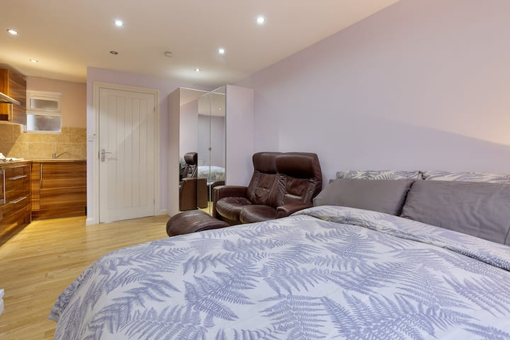 Spacious Studio-2mins to Slough Train Station
