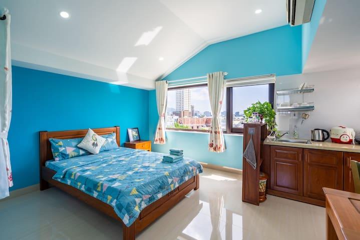 Attic Blue studio, sea view & city view, balcony