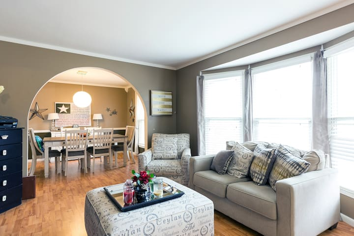 Cozy, Clean Private Room near KC Airport, w/ Pool