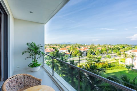 Cozy 5* King Suite ★ Large Balcony ★ Walk to Beach