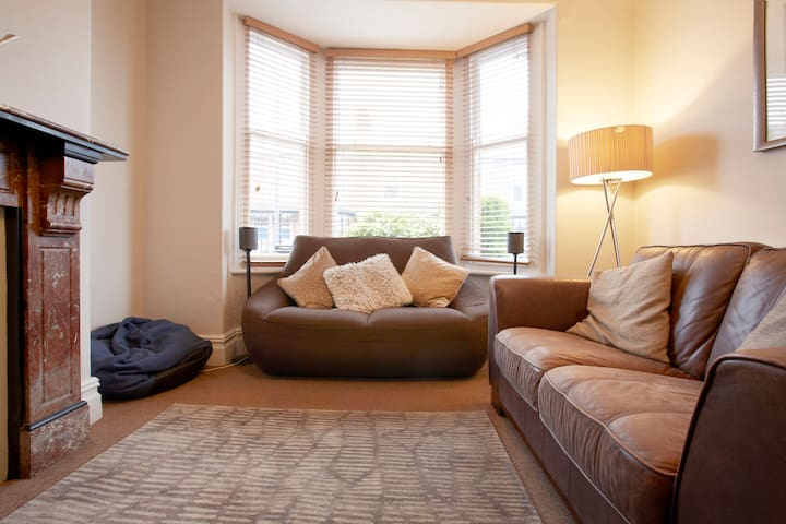 Spacious Victorian House - Short Walk to City