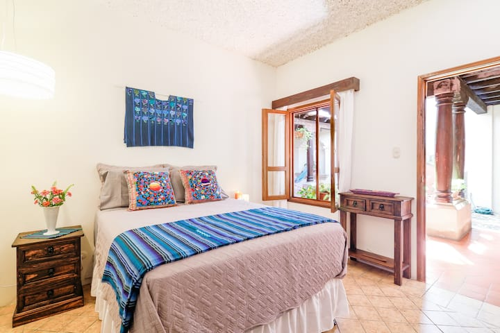 Beautiful Colonial Home Central Antigua! Suite #2
