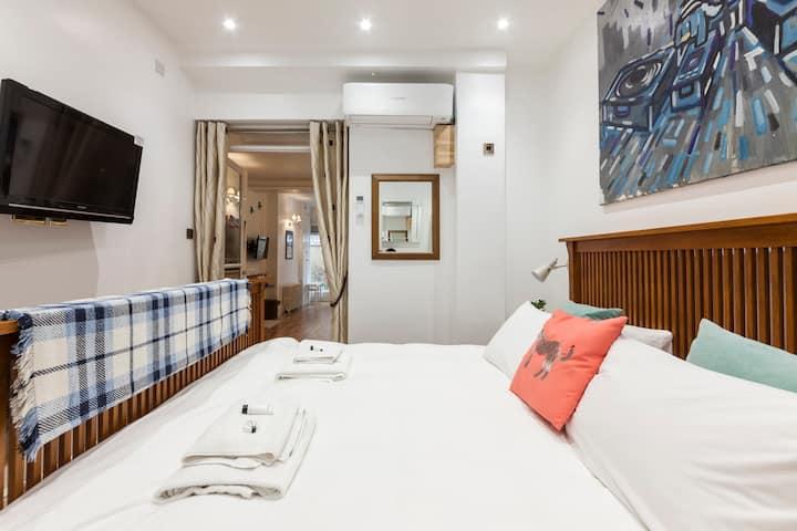 1Super king bedroom + 2 Sofa beds **Free Parking**