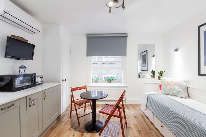 Versatile 2 king beds 1 bedroom 1 lounge/bedroom