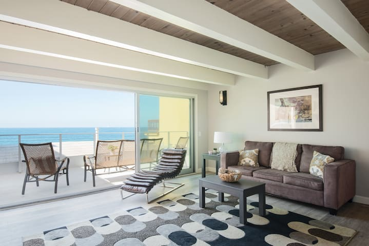 Unobstructed endless ocean views from the strand