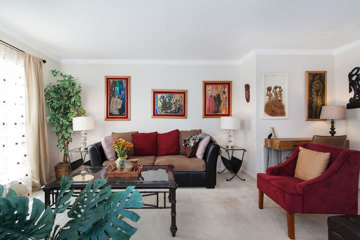 Spacious queen bedroom next to I200 and metro