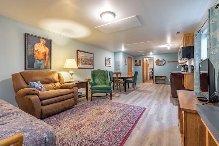 SW Portland - Rustic Retreat Hillside Suite